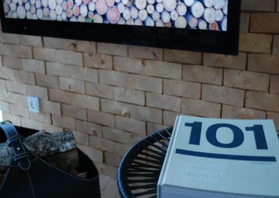 NORTO Skov 135 vægbeklædning i træ i tv-stue i sommerhus