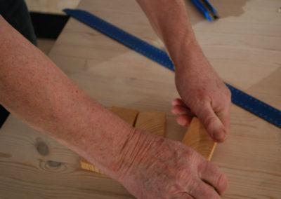 De løse endetræsklodserne knækkes forsigtigt i tværsnittet