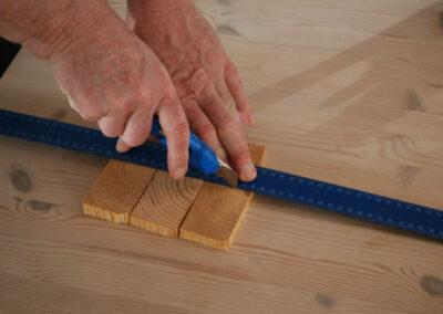 Lav et tværsnit med en hobbykniv og en lineal i endetræsklodserne