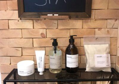 NORTO Skov 135 - Bæredygtig vægdekoration i frisørsalon