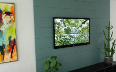 """Farverig og """"grøn"""" træbeklædning i privat stue"""