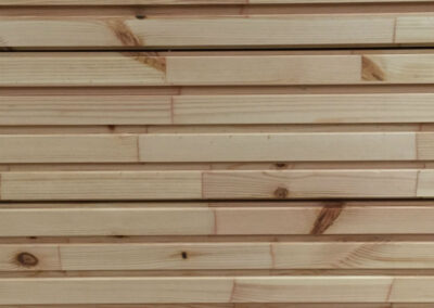 Kitchen front of untreated wood lamellas with push-on opening