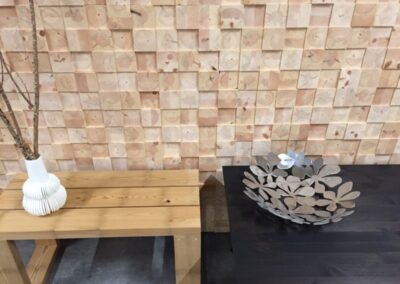 Raw wall decoration of solid face blocks placed behind a bench and a table