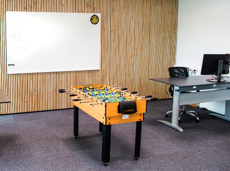 NORTO Bech træbeklædning på endevæg i kontormiljø
