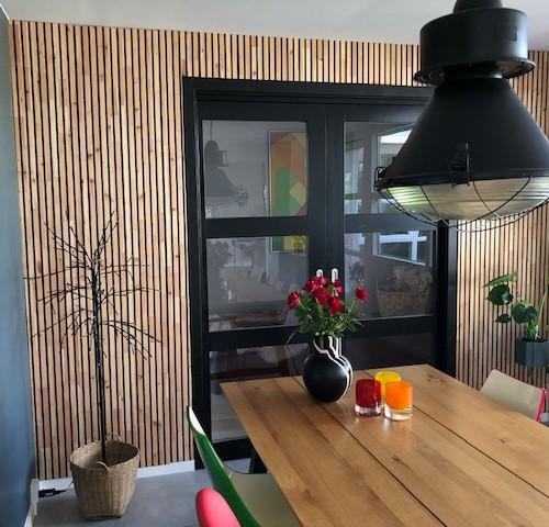 NORTO Bech vægbeklædning med sortmalede spor monteret på væggen i en privat stue