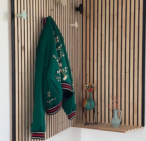 NORTO Bech træpaneler som vægdekoration og garderobeløsning i privat entre