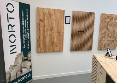 NORTO showroom med vægbeklædning og køkken