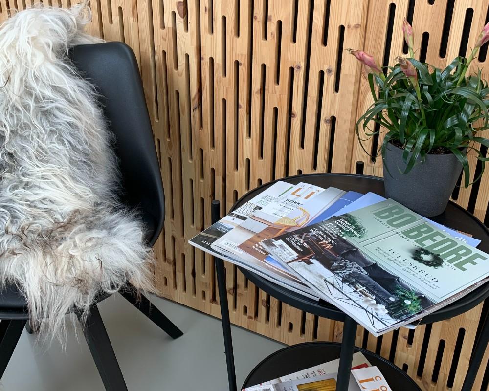 NORTO Toft akustikpanel i træ på væggen i stuemiljø