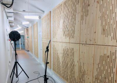 Akustikpaneler monteret på væggen på The Cube hos Sound Hub Denmark